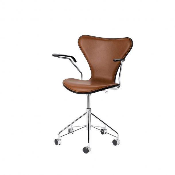 Fritz Hansen - SERIE 7™ kontorstol m. armlæn 3217 - Forsidepolstret, læder