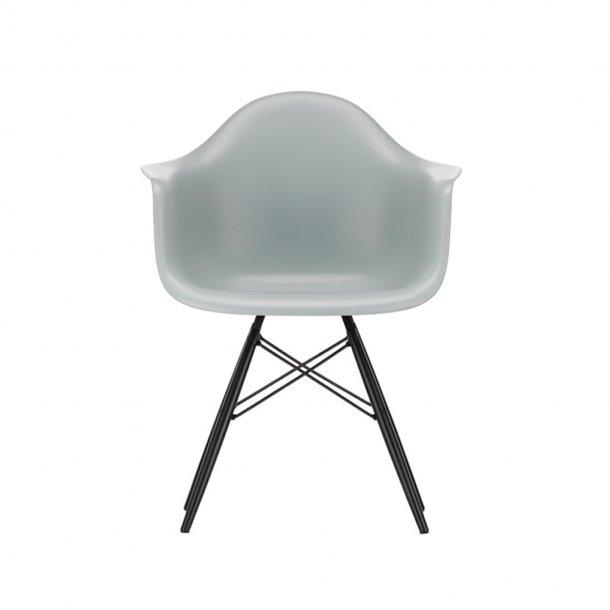 Vitra - Eames Plastic Armchair DAW - Sortlakeret ahorn