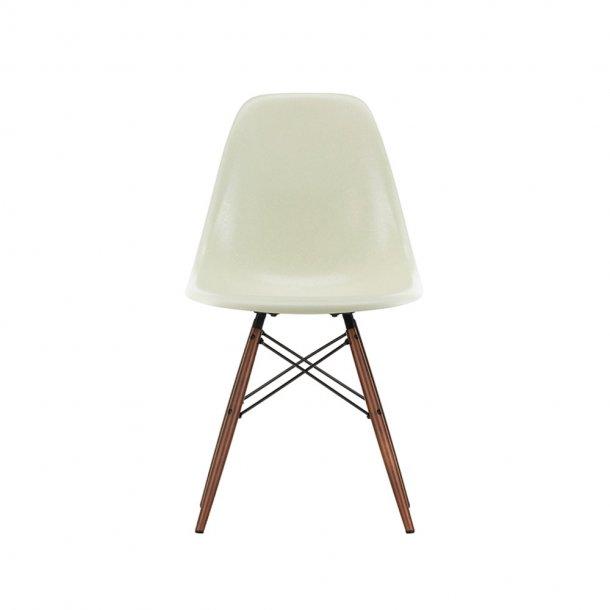 Vitra - Eames Fiberglass Side Chair DSW   Mørkbejdset ahorn