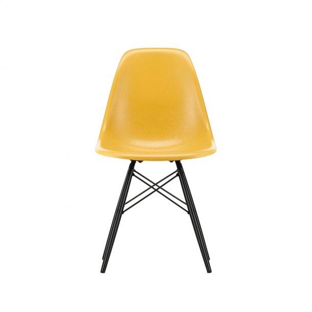 Vitra - Eames Fiberglass Side Chair DSW | Sortlakeret ahorn