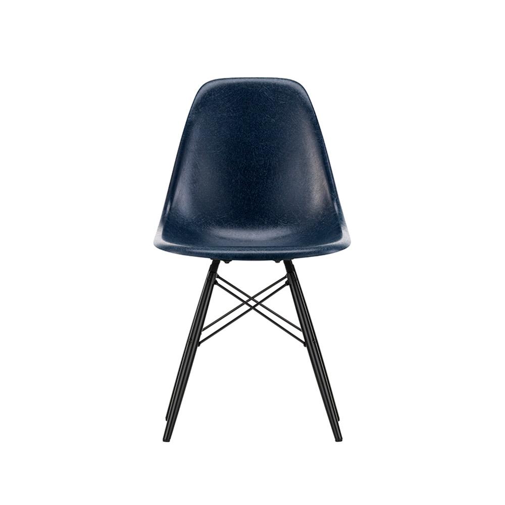 Vitra Eames Fiberglass Side Chair DSW | Sortlakeret ahorn