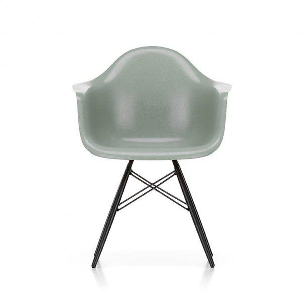 Vitra - Eames Fiberglass Armchair DAW   Sortlakeret ahorn