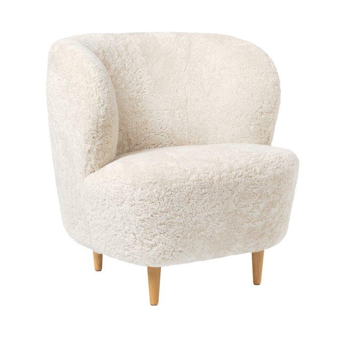 Gubi - Stay Lounge Chair | Oak, Moonlight Sheepskin
